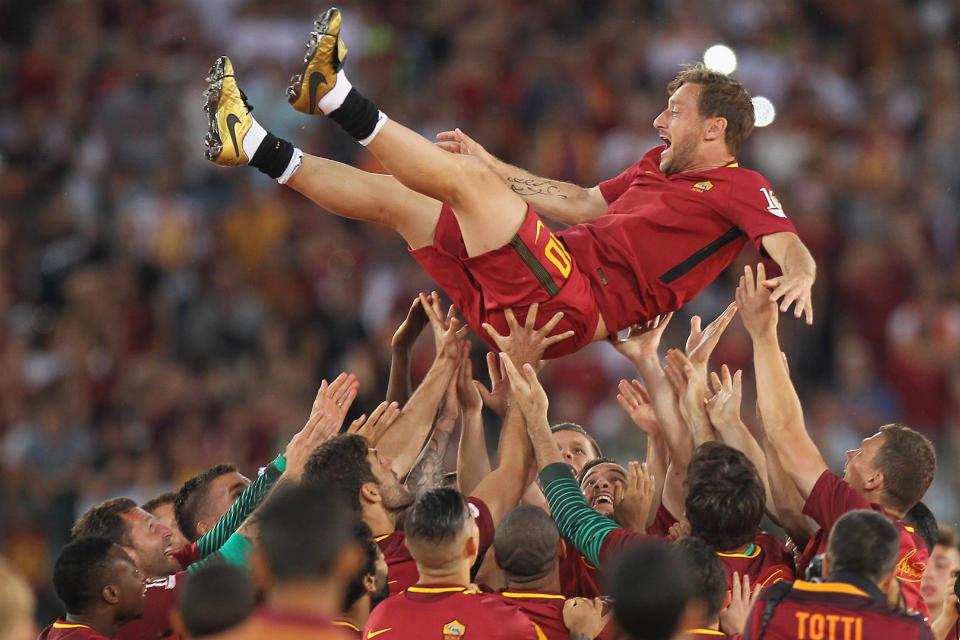 Para punggawa AS Roma mengangkat Totti